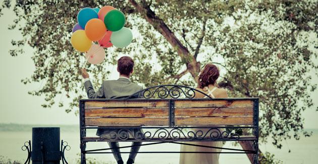 casal-romantico-vestido-sentado-banco